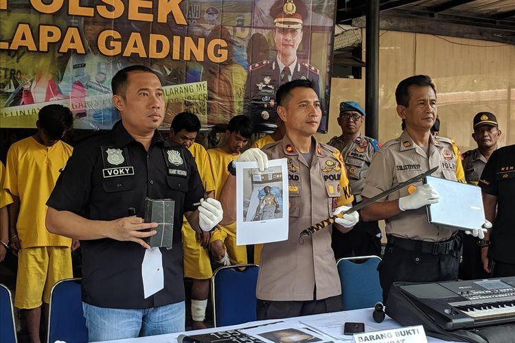 Kapolsek Kelapa Gading, Kompol Jerrold Kumontoy memberi keterangan di kantornya, Senin (22/7/2019)