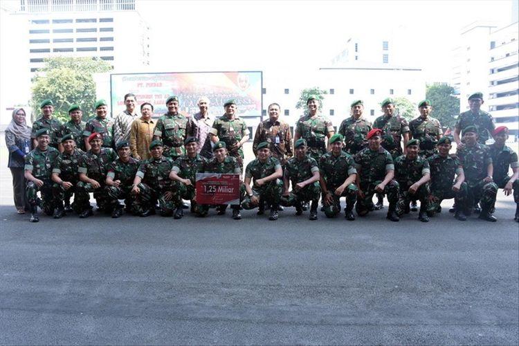 Direktur Utama Pindad Abraham Mose bersama kontingen petembak TNI AD yang menjadi juara umum lomba tembak internasional Australian Army Skill at Arms Meeting (AASAM) ke 12 kalinya.