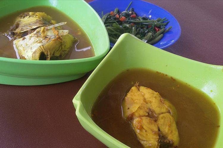 Hidangan lempah kuning tenggiri di RM Poendok Hanif, Toboali, Bangka Selatan, Rabu (24/7/2019).