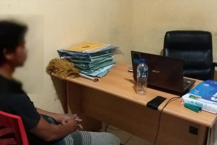 Satuan Reserse Kriminal Polres Luwu, Sabtu (27/07/2019) mengamankan dan memintai keterangan AA pelaku yang diduga melakukan cinta terlarang dengan adik kandungnya sendiri. Foto : Humas Polres Luwu