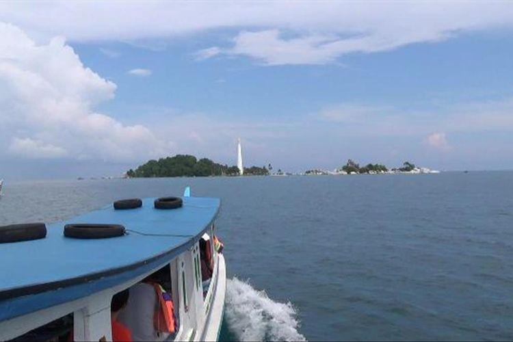 Kapal motor mengangkut wisatawan menuju Pulau Lengkuas, Belitung 2019.