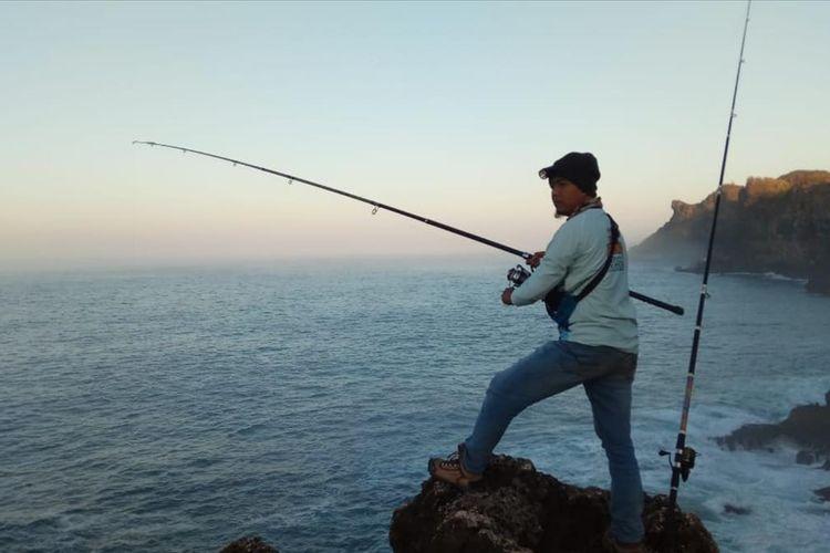 Aksi Pemancing di Tebing Pantai Selatan Gunungkidul (Dokumentasi HRF)
