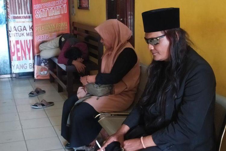 Robi Anjal (38) asal Pontianak, Kalimantan Barat, bersama istri dan anaknya saat menunggu panggilan pemeriksaan polisi di Polres Sampang, Senin (29/7/2019). (TAUFIQURRAHMAN)