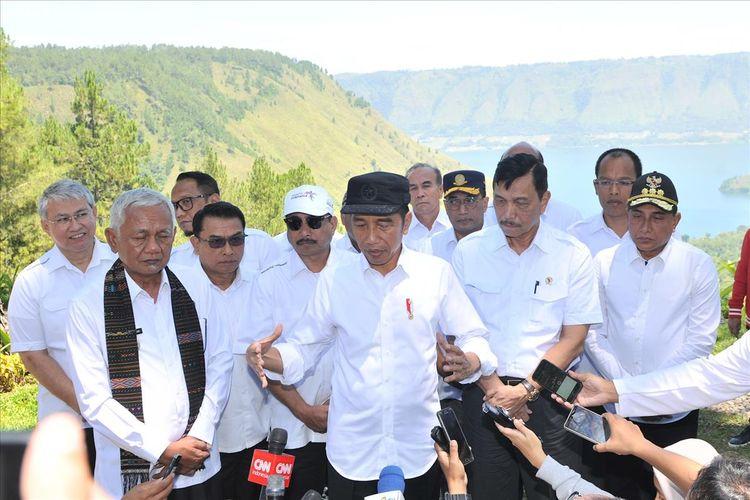 Presiden Joko Widodo saat menyampaikan keterangan kepada awak media di kawasan wisata The Kaldera Toba Nomadic Escape, Ajibata, Toba Samosir, Sumut, Selasa (30/7/2019).(Setkab.go.id)
