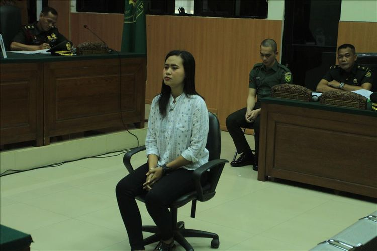 Imelda (21) memberikan kesaksian di Pengadilan Militer I-04 Palembang terkait kasus pembunuhan serta mutilasi yang dilakukan Prada DP kepada kekasihnya Fera Oktaria (21), Selasa (6/8/2019).