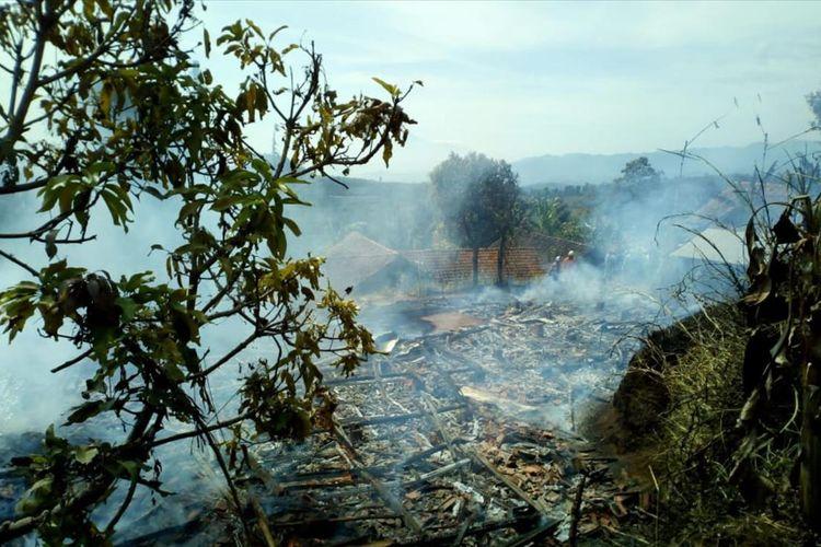 Tiga rumah panggung di Pamulihan, Sumedang, Jawa Barat ludes terbakar, Rabu (7/8/2019) siang. AAM AMINULLAH/KOMPAS.com