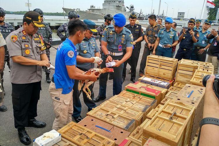 Komandan Lantamal I Laksma TNI Abdul Rasyid K di Markas Komando (Mako) Lantamal I Belawan (tengah) menunjukkan ayam aduan tanpa dokumen yang diselundupkan dari Thailand.