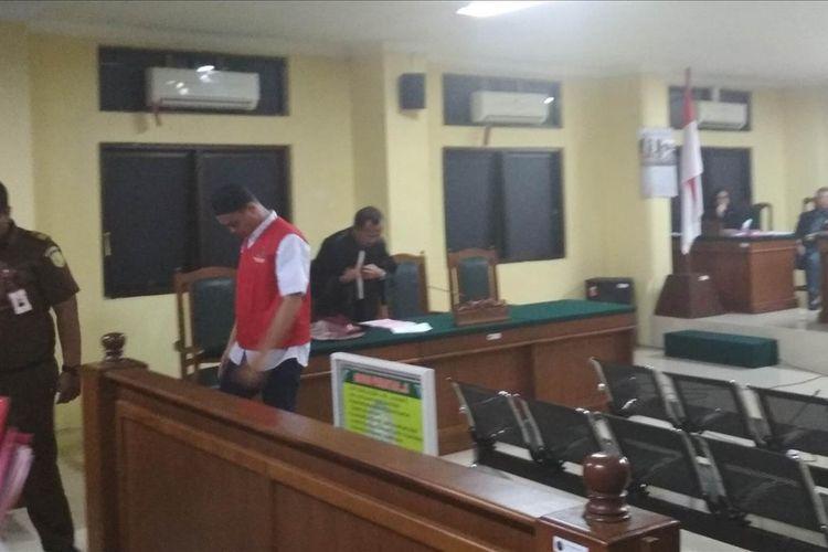Terdakwa kasus pembunuhan taruna tingkat 1 Akademi Teknik Keselamatan Penerbangan (ATKP) Makassar, Muhammad Rusdi saat keluar dari ruang sidang usai membacakan pleidoinya di Pengadilan Negeri Makassar, Rabu (7/8/2019).