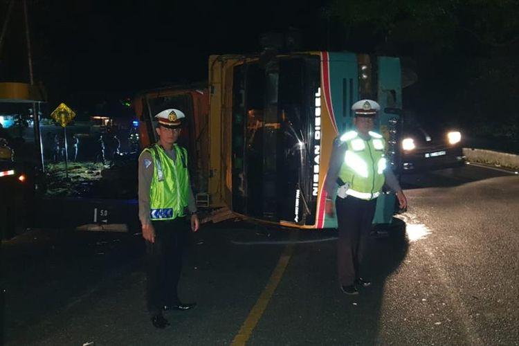 Truk pengangkut aspal terjatuh dari truk trado yang kemudian menghantam mini bus., Rabu (7/8/2019). (Dok: Polres Padang Pariaman)