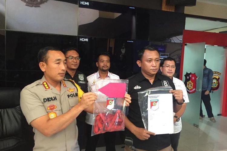 Kapolresta Palembang Kombes Pol Didi Hayamansyah menujukkan barang bukti terkait kasus penganiayaan siswa SMA Taruna Indonesia, Kamis (8/8/2019). Dalam kasus tersebut AS (16) yang merupakan senior sekolah ditetapkan sebagai tersangka penganiayaan WJ.
