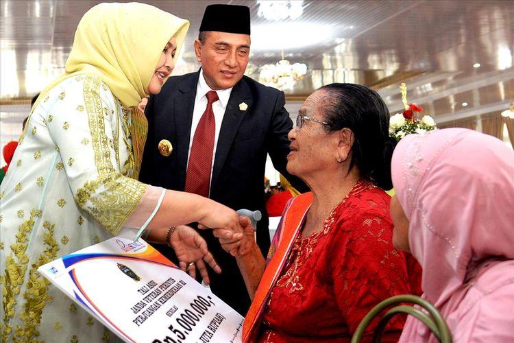 Gubernur Sumut Edy Rahmayadi dan istrinya beramah tamah dengan veteran di Ppendopo rumah dinasnya, Sabtu (10/8/2019)