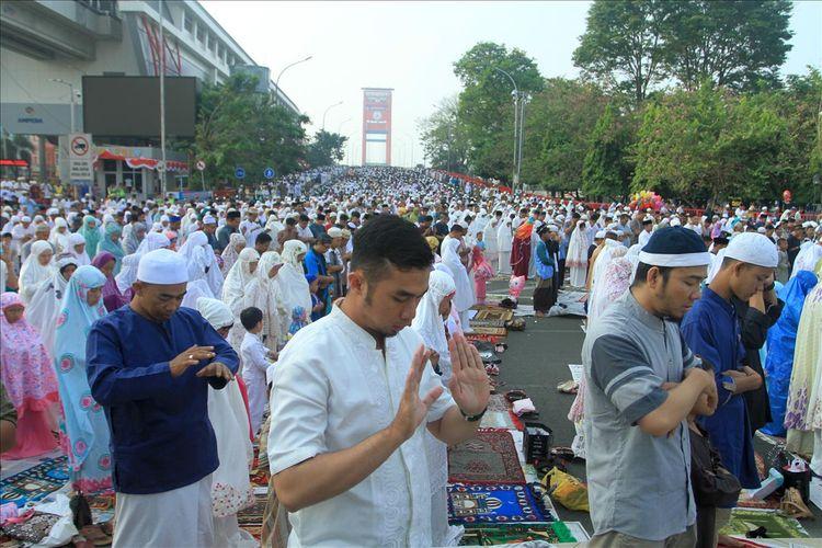 Ribuan warga memadati jembatan Ampera Palembang untuk melaksanakan shalat Idul Adha 1440 Hirjiah di Masjid Sultan Mahmud Badaruddin, Sabtu (11/8/2019).