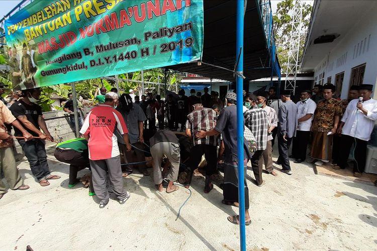 Suasana penyembelihan Hewan Kurban Bantuan Presiden Joko Widodo di Masjid Nurma'unah, Dusun Mulusan, Kecamatan Paliyan, Gunungkidul, Yogyakarya, Minggu (11/8/2019)(MARKUS YUWONO)