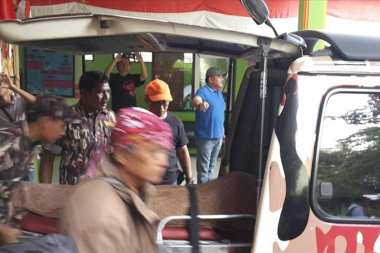 Jenazah Rachmat Budiri (53) atau Budi Ayuga saat dimasukkan ke dalam mobil ambulance di Kamar Mayat RSSA Kota Malang, Senin (12/8/2019)