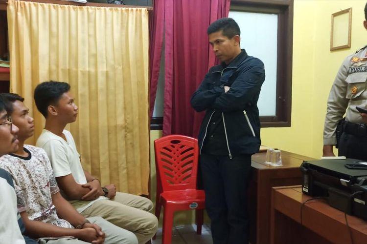 Kapolres Inhu AKBP Dasmin Ginting menginterogasi empat pemuda yang diduga mengencingi bendera merah putih yang viral di medsos, Jumat (9/8/2019). Dok. Polres Inhu