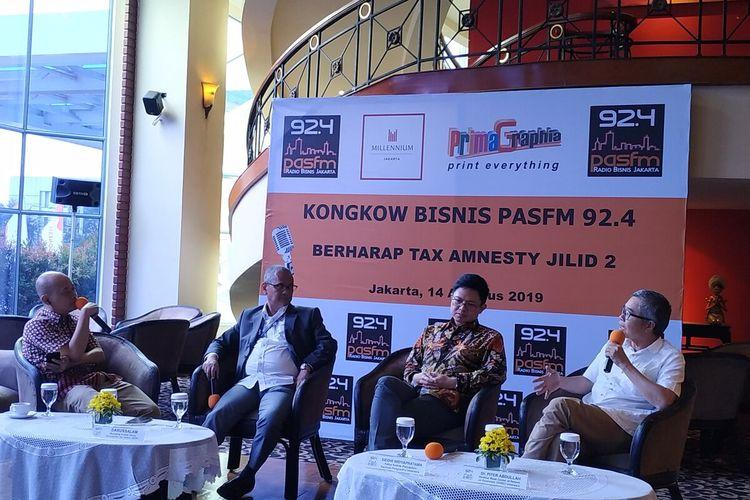 Ketua Komite Perpajakan Apindo Siddhi Widyapratama (kedua kanan) dan Direktur Riset Centre of Economic Reform (CORE) Piter Abdullah (kanan) menyampaikan pendapatnya terkait adanya wacana Tax Amnesty jilid II dalam sebuah diskusi di Hotel Millenium Sirih, Jakarta, Rabu (14/8/2019).