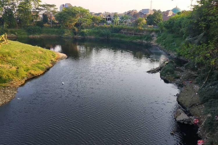 Kali Bekasi berwarna gelap akibat pencemaran di hulu, yakni Kali Cileungsi.