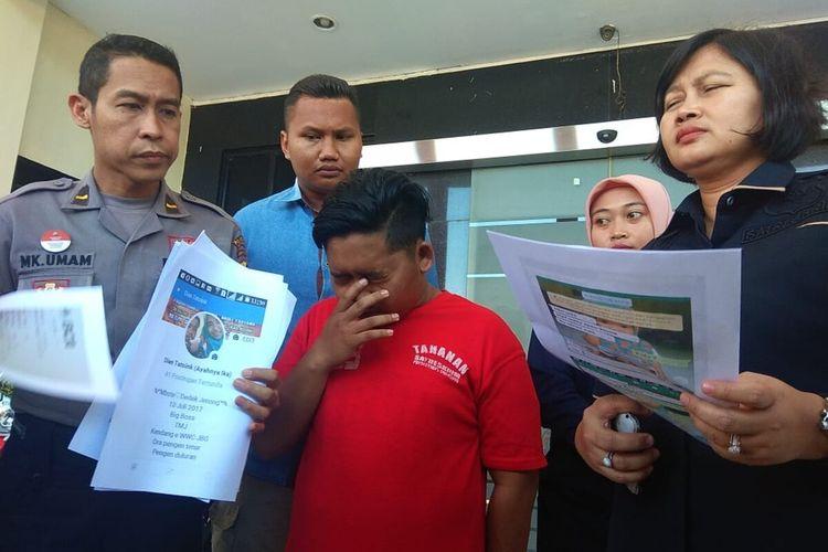 Dian Tri Susilo (20), tersangka yang menjual istrinya, DR (16), untuk layanan threesome diamankan Polrestabes Surabaya, Rabu (14/8/2019).