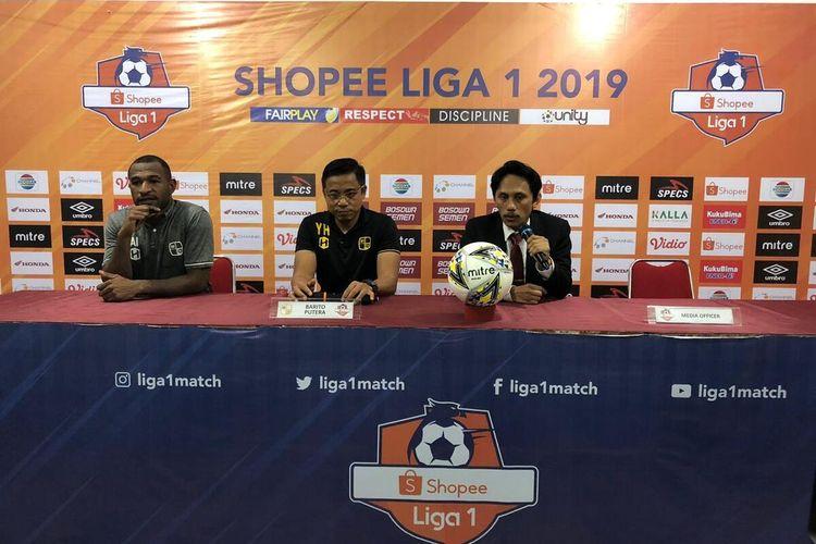 Pelatih Barito Putera Yunan Helmk (tengah) saat menggelar konferensi pers usai laga melawan PSM Makassar di Stadion Andi Mattalatta, Rabu (14/8/2019).