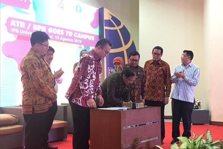 Penandatanganan MoU penyerahan aset lahan milik Kementerian ATR kepada IPB, Kamis (15/8/2019).