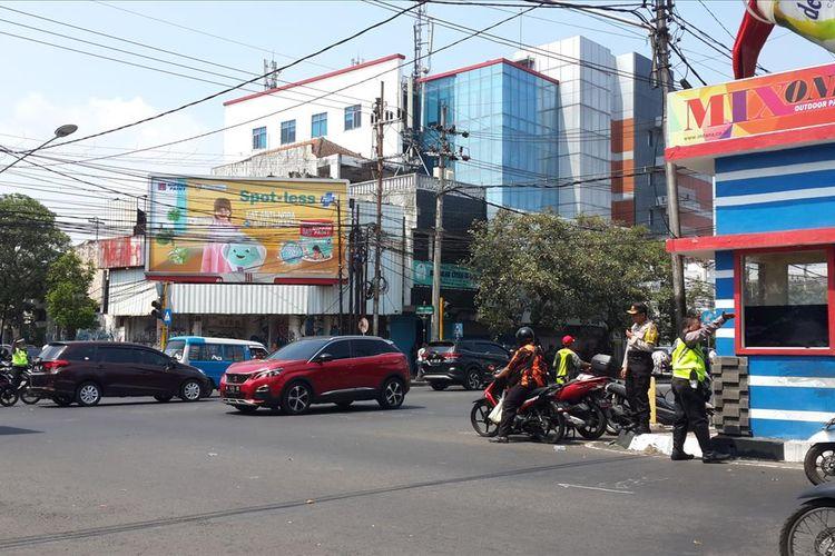 Suasana Perempatan Rajabali, Kota Malang usai terjadi bentrokan antara Aliansi Mahasiswa Papua (AMP) dengan warga Kota Malang, Kamis (15/8/2019)