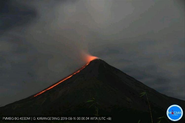 Lava keluar dari kawah Gunung Karangetang
