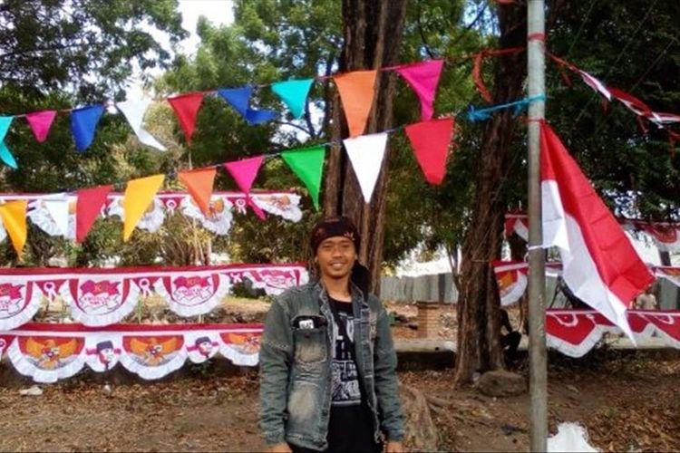 Foto :Ari Ramdan (30), pria asal Garut, Jawa Barat menjual bendera di Maumere, Kabupaten Sikka, Flores, NTT, Kamis (15/8/2019).