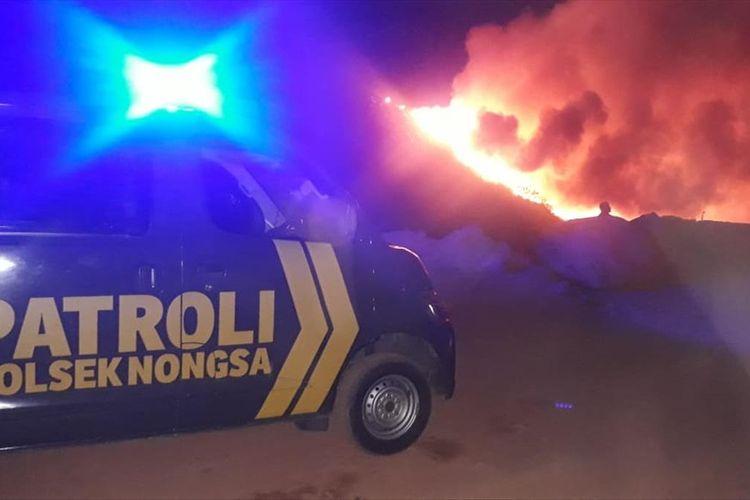 Tempat pembuangan akhir (TPA) Telaga Punggur, Kabil, Kecamatan Nongsa, Batam, Kepulauan Riau terbakar hebat, Kamis (15/8/2019).  Bahkan hingga pukul 05.30 WIB, Jumat (16/8/2019) api kembali membesar.