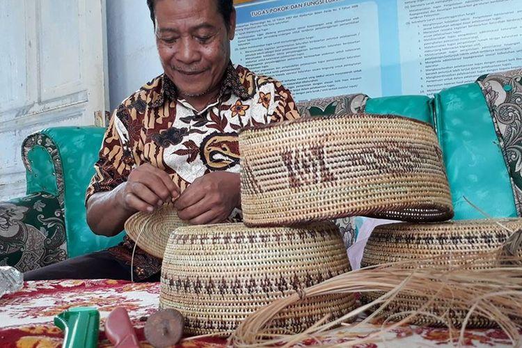 Upiya Karanji atau songkok keranjang adalah kerajinan khas petani Gorontalo yang berada di pinggiran hutan. Mereka memanfaatkan rumput mintu sebagai bahan bakunya dengan cara membelah menjadi bagian kecil yang memanjang, yang kemudian dianyam. Upia karanji dipopulerkan oleh Presiden Abdurrahman Wahid dan tokoh masyarakat Gorontalo, Sandiaga Uno.