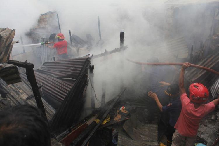 Petugas Pemadam Kebakaran berusaha memadamkan sisa-sisa kebakaran di kawasan Kampung Ohiu Desa Batu Merah, Kecamatan Sirimau Ambon, Jumat sore (16/8/2019). Dalam musibah kebakaran itu lima rumah warga ludes dan satu orang terluka