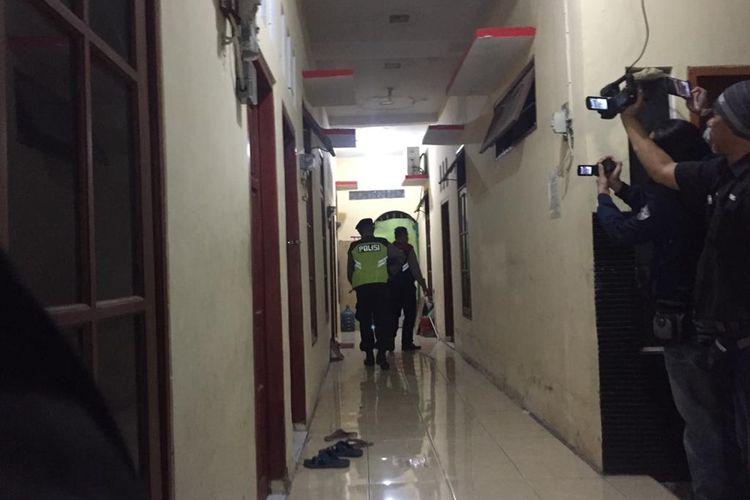 Polisi menggeledah rumah terduga teroris penyerang Polsek Wonokromo Surabaya, Sabtu (27/8/2019) malam(KOMPAS.COM/A. FAIZAL)