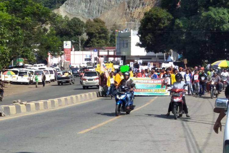 Kumpulan Massa di Expo Waena, Distrik Heram, Kota Jayapura, Papua yang akan bergabung dengan pendemo lainnya di wilayah Abepura untuk melakukan aksi demonstrasi atas penangkapan mahasiswa Papua di Surabaya, Jawa Timur (19/08/2019)