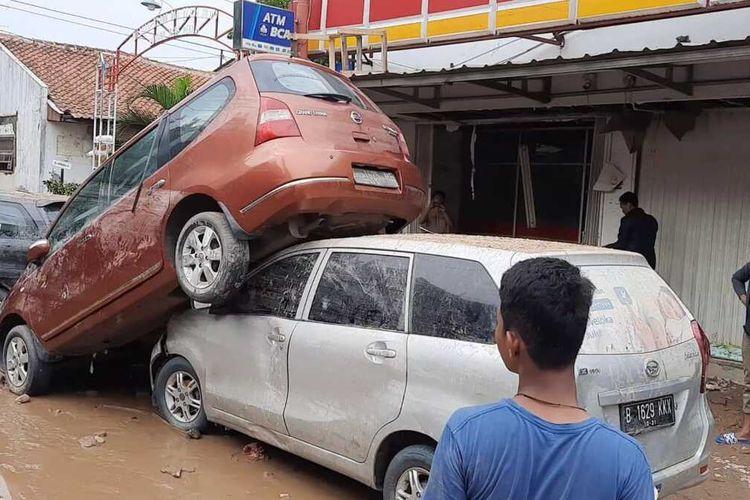 Mobil bertumpuk terseret banjir