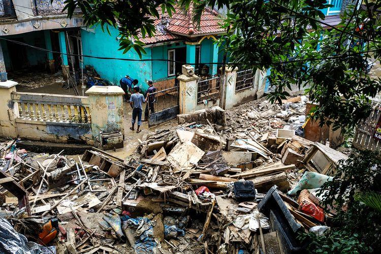 Rongsokan, yang terserak setelah banjir