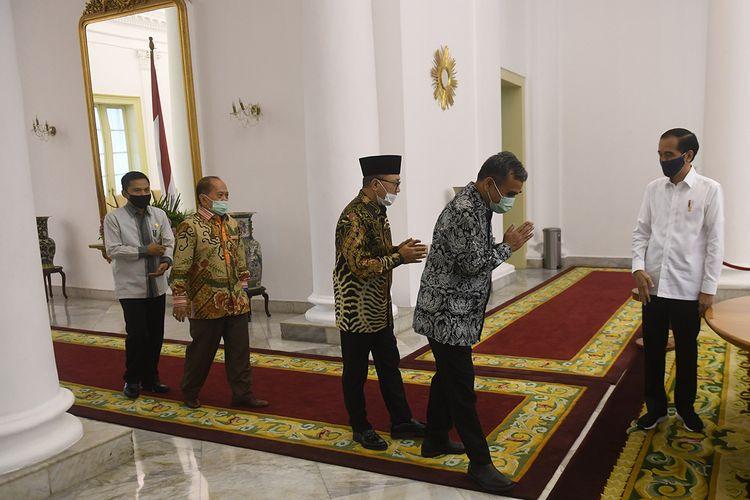 Presiden Joko Widodo (kanan) menyambut pimpinan MPR sebelum pertemuan di Istana Bogor, Jawa Barat, Rabu (8/7/2020). Pertemuan tersebut membahas sejumlah isu-isu kebangsaan.