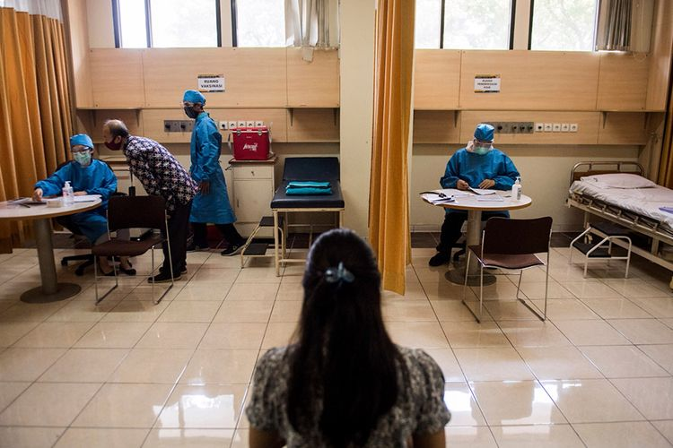 Sejumlah petugas kesehatan menunggu relawan saat simulasi uji klinis calon vaksin Covid-19 di Fakultas Kedokteran Universitas Padjadjaran, Bandung, Jawa Barat, Kamis (6/8/2020). Simulasi tersebut dilakukan untuk melihat kesiapan tenaga medis dalam penanganan dan pengujian klinis tahap III calon vaksin Covid-19 produksi Sinovac kepada 1.620 relawan.