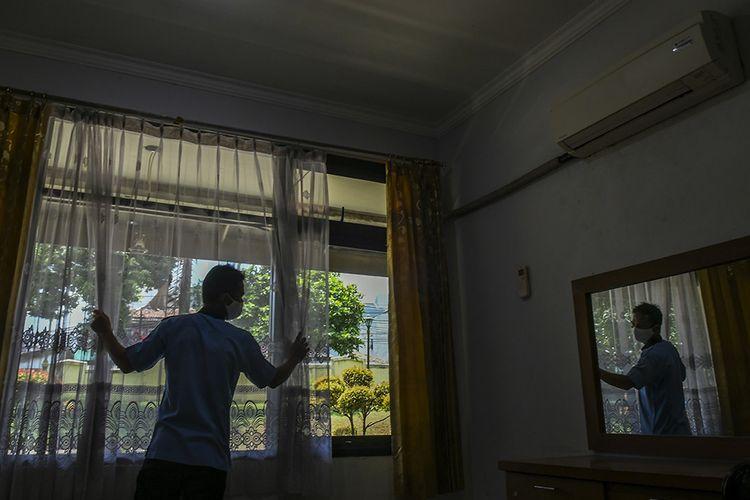 Petugas merapikan ruang isolasi mandiri pasien Covid-19 di Jakarta, Rabu (30/9/2020). Graha Wisata Ragunan menyiapkan 76 kamar yang dapat menampung 152 pasien isolasi orang tanpa gejala (OTG) Covid-19.