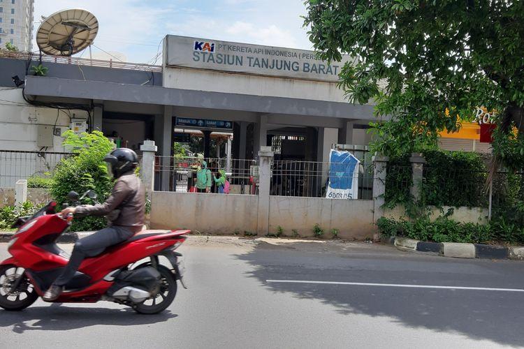Pintu akses Stasiun Tanjung Barat sisi arah Lenteng Agung yang sudah ditutup sejak 2014. Ditutupnya pintu akses membuat calon penumpang KRL harus naik turun tangga JPO untuk keluar masuk stasiun.
