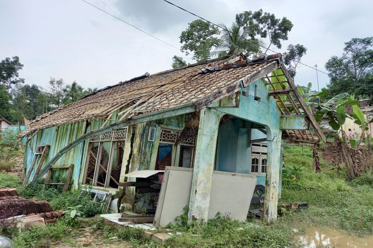 Sejumlah rumah rusak dan roboh akibat pergerakan tanah di Kampung Jampang Cikoneng, Kecamatan Cimarga, Kabupaten Lebak, Banten, Senin (1/2/2021)