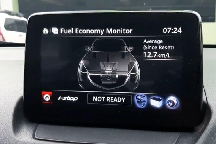 Indikator konsumsi BBM pada mobil Mazda2 Skyactiv.