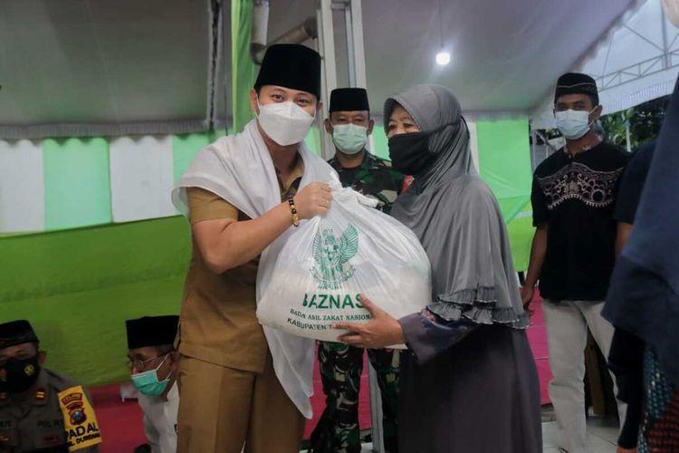 Bupati Trenggalek memberi bantuan kepada warga, dalam kegiatan safari ramadhan di kecamatan Durenan Trenggalek Jawa Timur, Senin (19/04/2021).