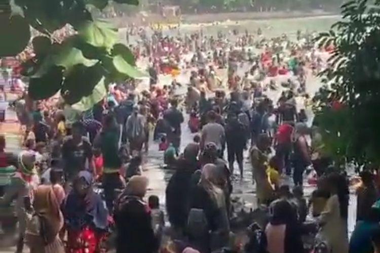 Tangkapan layar salah satu video yang memperlihatkan kerumunan wisatawan di Pantai Batu Karas, Kabupaten Pangandaran, Jawa Barat, Sabtu pagi (15/5/2021).