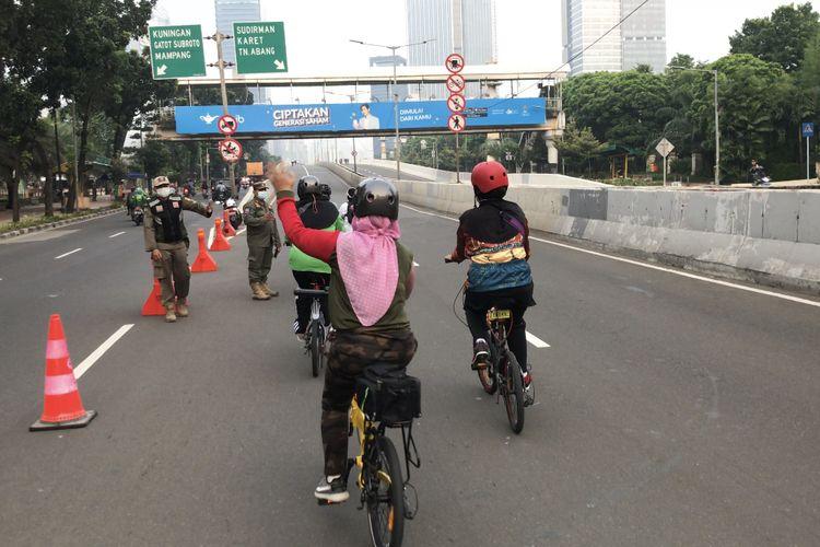 Sejumlah emak-emak yang menggunakan sepeda lipat ikut mencoba Jalan Layang Non Tol (JNLT) Kampung Melayu-Tanah Abang pada Minggu (23/5/2021) pagi.