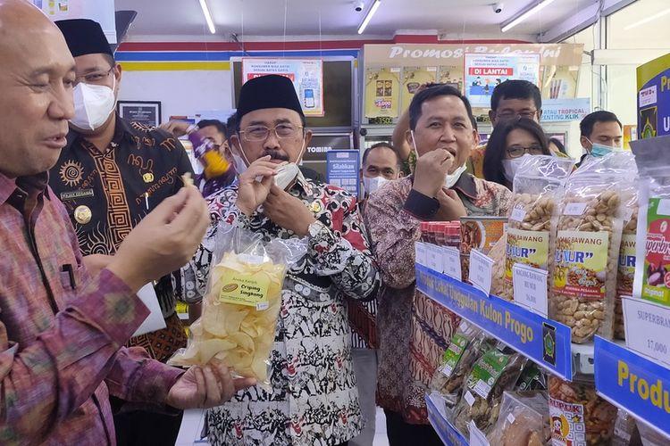 Menteri Koperasi dan UKM, Teten Masduki, Bupati Kulon Progo, Sutedjo dan Wakil Bupati Fajar Gegana mencicip produk UMKM yang dijual di gerai Tomira, Jumat (28/5/2021).