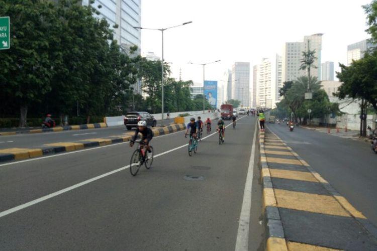 Isa-JLNT Kampung Melayu-Tanah Abang, Pesepeda Road Bike Melintas Bersama Mobil