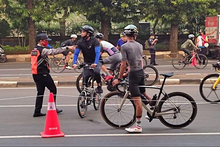 Petugas Dinas Perhubungan DKI Jakarta meminta sepeda non road bike keluar jalur road bike di Jalan Layang Non Tol Kampung Melayu-Tanah Abang, Minggu (6/6/2021)