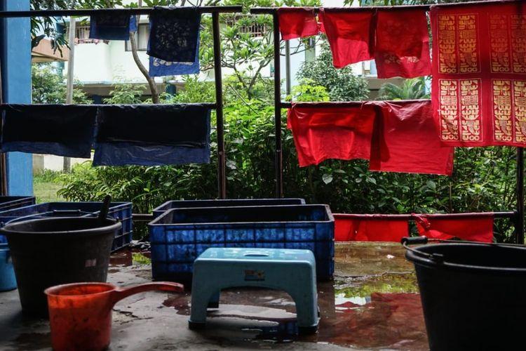 Kain-kain batik tulis yang telah diwarnai dijemur tanpa boleh menghadap sinar matahari langsung. Kain-kain batik ini dilukis oleh ibu-ibu warga Rusun Pulogebang, Jakarta Timur.