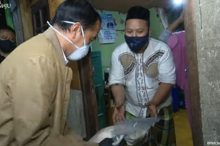 Presiden Joko Widodo saat memberikan sembako dan paket obat gratis bagi warga di Kelurahan Sunter Agung, Jakarta Utara, Kamis (15/7/2021).
