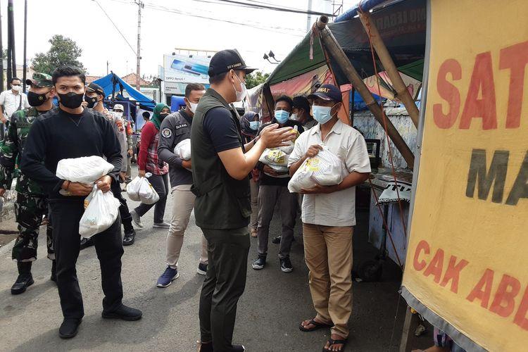 Bupati Kendal, Dico M Ganinduto, saat memberi bantuan sembako ke pedagang di Alun-alun Kaliwungu. KOMPAS.COM/SLAMET PRIYATIN