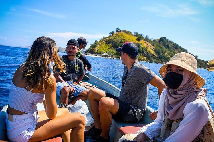 Foto dirilis Minggu (4/7/2021), memperlihatkan wisatawan menaiki sekoci untuk menuju Pulau Kelor, Nusa Tenggara Timur. Pandemi Covid-19 yang menghantam sektor pariwisata, membuat pemerintah terus melakukan penataan di kawasan Labuan Bajo dengan harapan dapat mendongkrak pertumbuhan ekonomi dan pariwisata yang menurun saat ini.